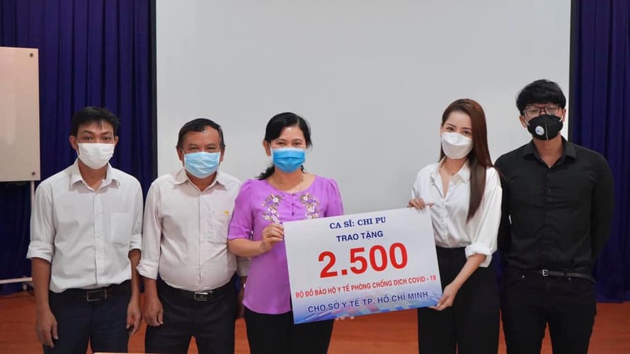 Chi Pu trao tặng 5.000 bộ đồ bảo hộ để chống dịch Covid-19