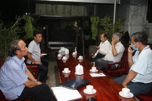 Chủ tịch UBND tỉnh Đồng Tháp Nguyễn Văn Dương (ngồi trong cùng bên trái) tổ chức họp khẩn ngay trong đêm khi biết tại khu cách ly tập trung trường quân sự tỉnh có 4 trường hợp dương tính với COVID-19