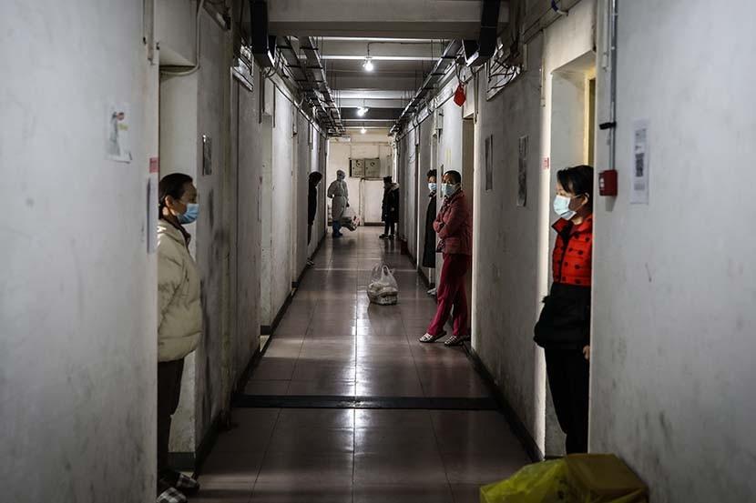 Người bệnh sau khi được xuất viện sẽ tiếp tục được cách ly tại Trường Cao đẳng Phần mềm và Kỹ thuật Vũ Hán. Ảnh: Sixth Tone