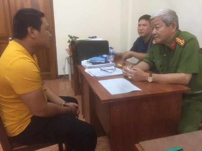 Đại tá lê Ngọc Phương, Phó cục trưởng Cục Cảnh sát hình sự (C02, Bộ Công an) đang hỏi cung nghi phạm Nguyễn Thanh Tâm. Ảnh: Thanh Niên