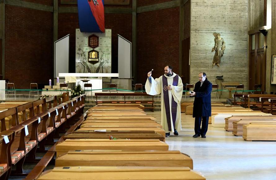 Linh mục Ý trải lòng về những đám tang mùa dịch