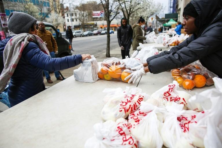 Người dân khu Harlem, New York nhận đồ cứu trợ của tổ chức City Harvest. Ảnh: AFP