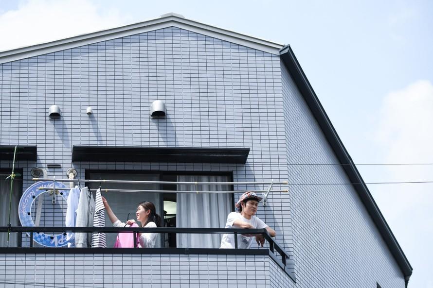 Susumu Kataoka và vợ Aki tại nhà riêng ở Tokyo. Ảnh: NY Times