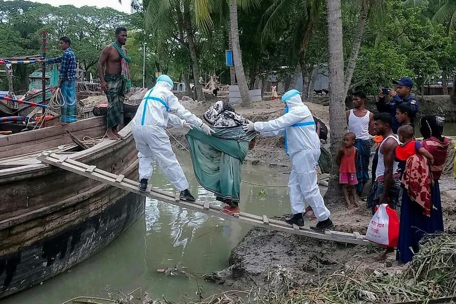 Các nhà chức trách sơ tán người dân khỏi đảo Bhola,Bangladesh. Ảnh: AFP