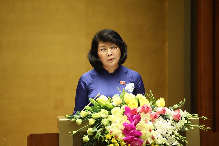Phó Chủ tịch nước Đặng Thị Ngọc Thịnh đọc Tờ trình trước Quốc hội. Ảnh: VGP