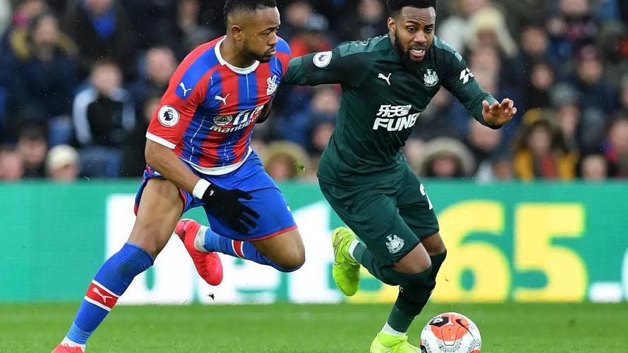 Cầu thủ và HLV Ngoại hạng Anh tranh cãi về việc trở lại