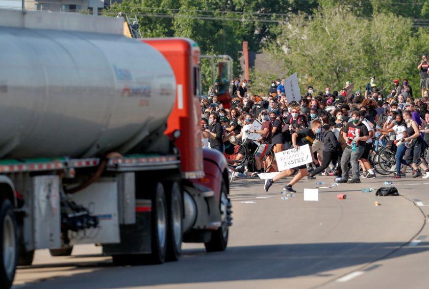 Xe tải chở dầu lao vào đám đông biểu tình ở Mỹ