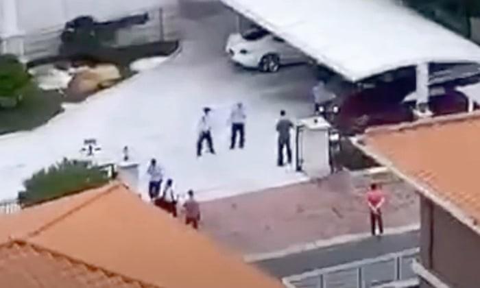 Cảnh sát ập vào giải cứu gia đình tỷ phú He Xiangjian. Ảnh: Daily Mail