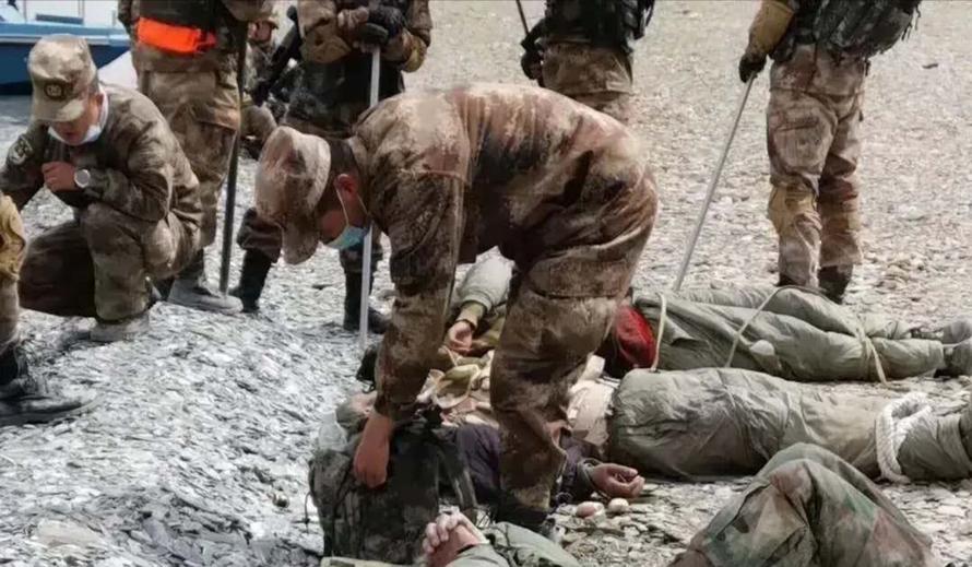 Binh sĩ Trung Quốc đứng cạnh binh sĩ Ấn Độ bị thương sau cuộc ẩu đả hôm 31/5. Ảnh: Handout