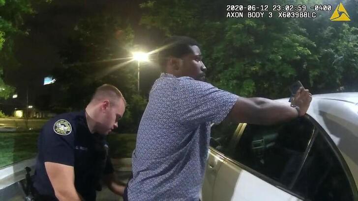 Rayshard Brooks tỏ ra hợp tác với cảnh sát trước khi vụ nổ súng xảy ra. Ảnh: Reuters
