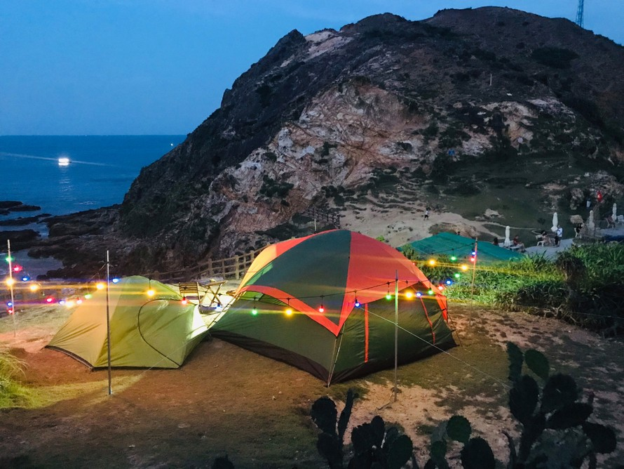 Bạn sẽ được ngắm bình minh ngay cửa lều khi ngủ ở Eo Gió. Ảnh: Minh Tính