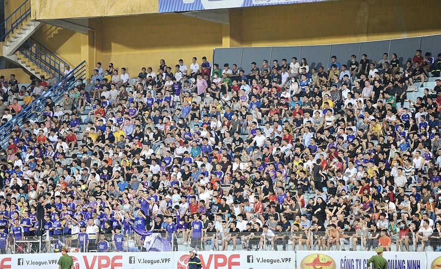 Khán đài V.League đầy ắp khán giả trong ngày trở lại hậu COVID-19.