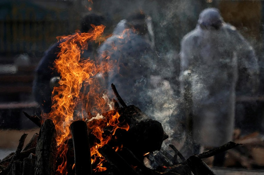 Lễ hỏa táng của một bệnh nhân nhiễm COVID-19 tại Ấn Độ vào ngày 2/6. Ảnh: REUTERS
