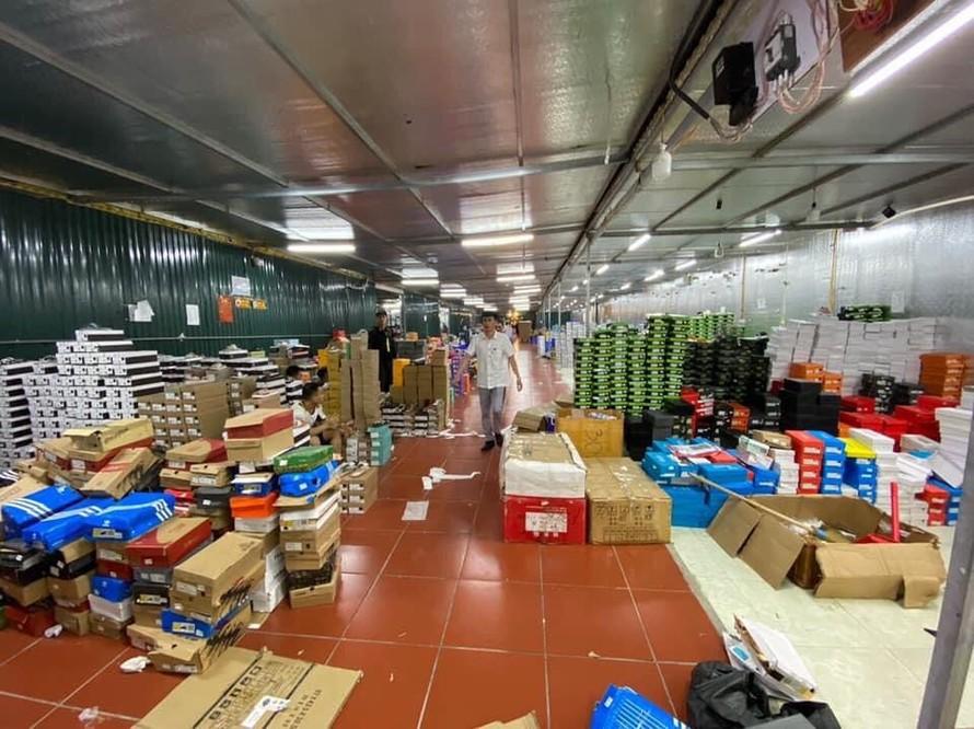'Đột kích' kho hàng lậu quy mô 10.000 m2 tại Lào Cai