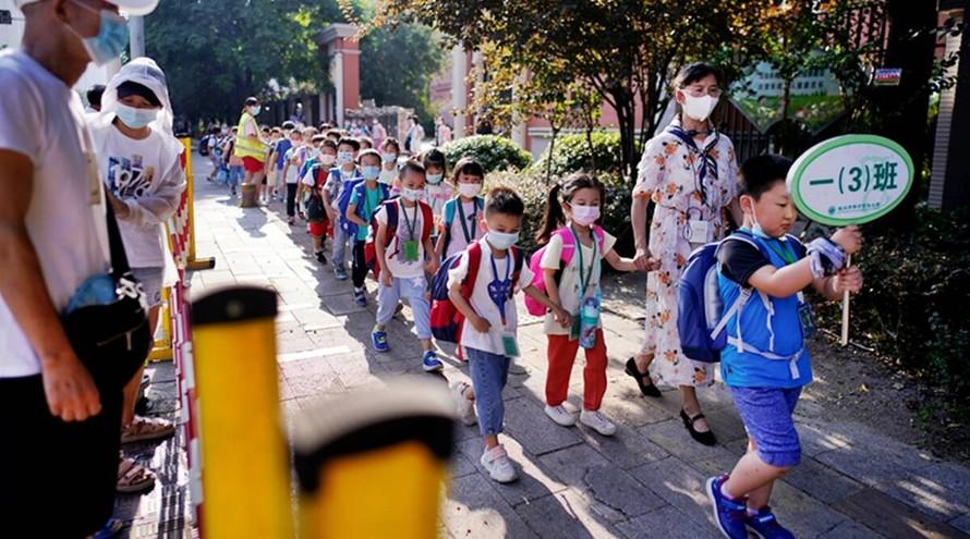 Học sinh Vũ Hán bước vào năm học mới