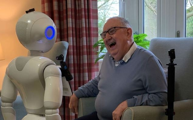 Robot biết nói giúp người cao tuổi bớt cô đơn