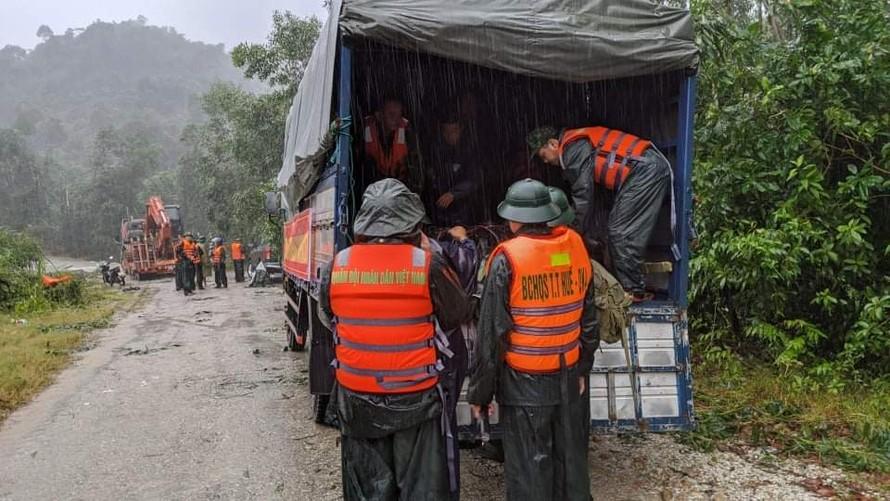 Phương tiện, lực lượng đã lên đường tiếp cận thủy điện Rào Trăng 3. Ảnh: Báo Thừa Thiên-Huế