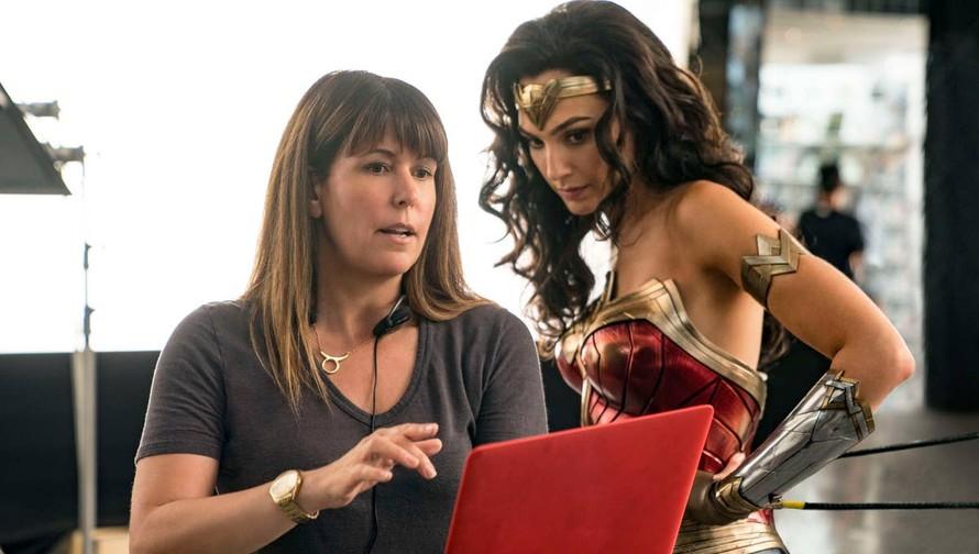 Đạo diễn Patty Jenkins (trái) và diễn viên Gal Gadot trong vai Wonder Woman.