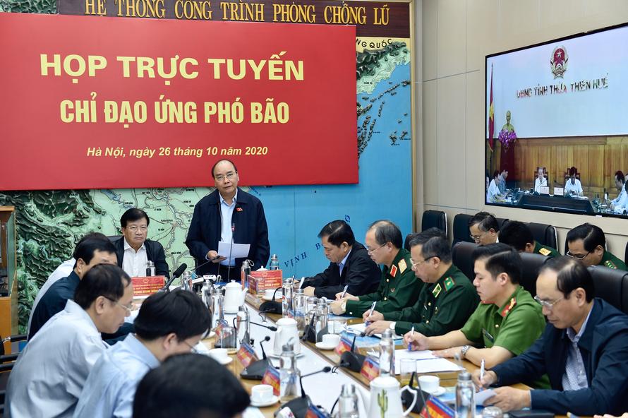 Thủ tướng Nguyễn Xuân Phúc chủ trì cuộc họp trực tuyến chỉ đạo ứng phó bão số 9. Ảnh: Chính phủ