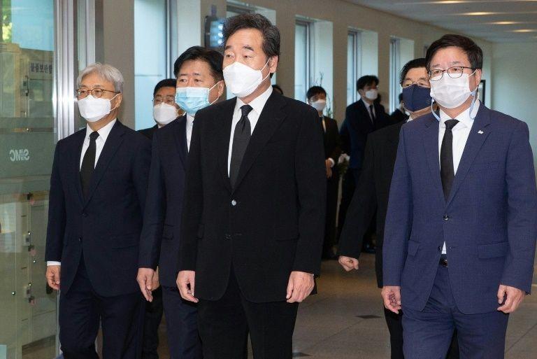 Chủ tịch Đảng Dân chủ cầm quyền của Hàn Quốc và cựu thủ tướng Lee Nak-yon tới viếng ông Lee Kun-hee. Ảnh: AFP
