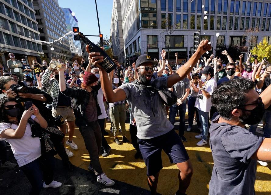 Mọi người tập trung tại Black Lives Matter Plaza ở Washington, DC, sau khi chiến thắng của ông Biden được công bố. Ảnh: AP