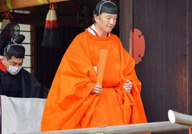 Thái tử Akishino diện lễ phục da cam trong buổi lễ sắc phong. Ảnh: Reuters
