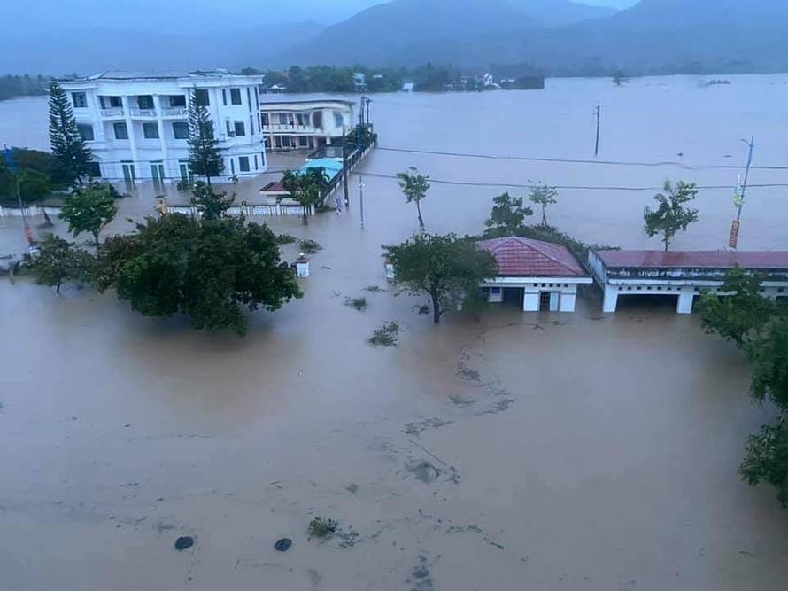 Thị trấn La Hai (huyện Đồng Xuân, Phú Yên) chìm trong nước lũ. Ảnh: Báo Phú Yên