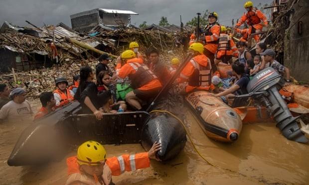 Đội cứu hộ giải cứu người dân Philippines bị mắc kẹt do lũ lụt. Ảnh: Reuters