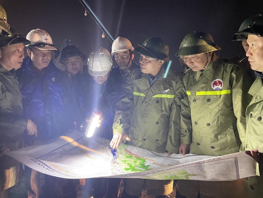 Bộ trưởng Bộ NN&PTNT Nguyễn Xuân Cường kiểm tra Khu neo đậu tàu cá sông Gianh, huyện Bố Trạch. Ảnh: VGP