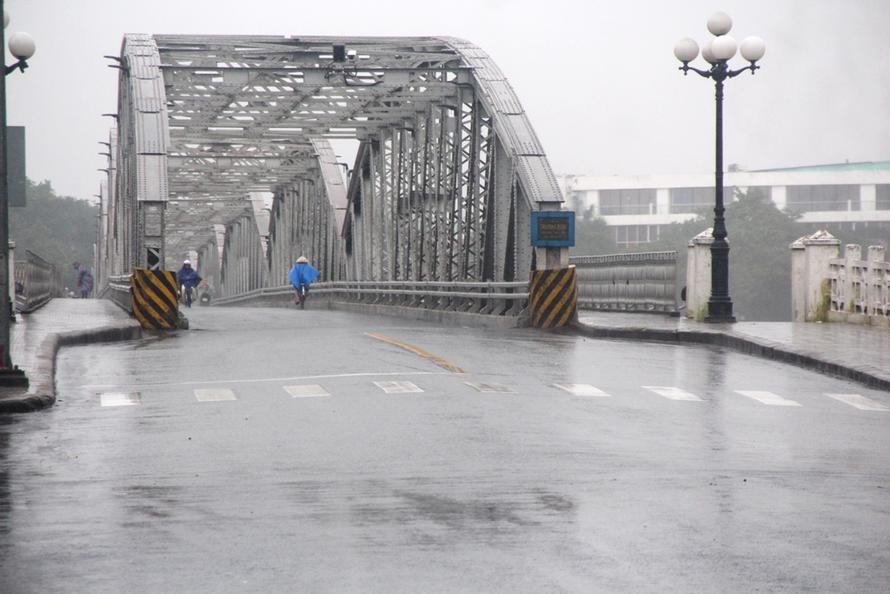 Cầu Trường Tiền tại thành phố Huế vắng các phương tiện đi lại trước khi bão Vamco đổ bộ. Ảnh: Báo Thừa Thiên-Huế