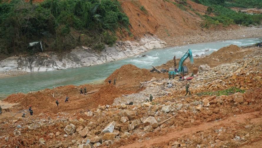 Lực lượng chức năng tiếp tục triển khai công tác tìm kiếm các công nhân mất tích khi thời tiết thuận lợi. Ảnh: Báo Thừa Thiên-Huế