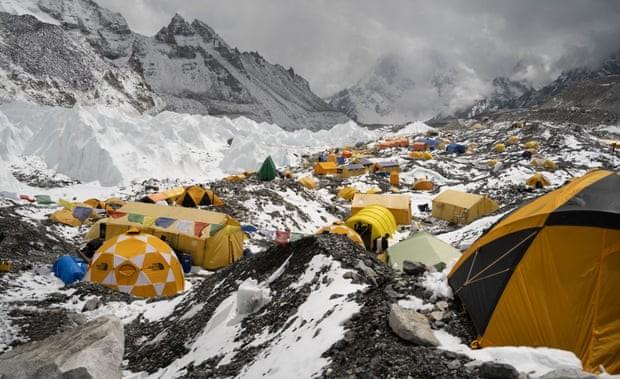 Đỉnh Everest xuất hiện tình trạng ô nhiễm vi nhựa