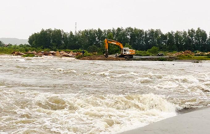 Một đoạn đường bị nước lũ chia cắt tại xã Ninh Sơn, Ninh Hòa. Ảnh: Báo Khánh HÒa
