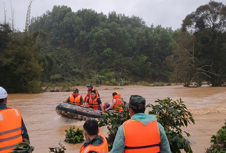 Lực lượng chức năng tìm kiếm 2 nữ du khách mất tích. Ảnh: Báo Lâm Đồng Online