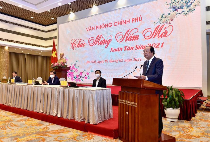 Bộ trưởng, Chủ nhiệm VPCP Mai Tiến Dũng cùng đại diện lãnh đạo các bộ, ngành trả lời họp báo.