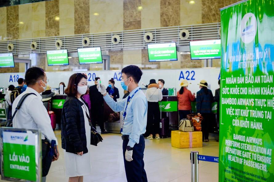 Hành khách đổ xô đi mua vé bay ngày giáp Tết