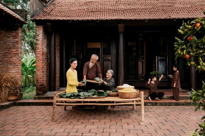 Gói bánh chưng - Phong tục đẹp được người Việt lưu truyền ngàn đời.