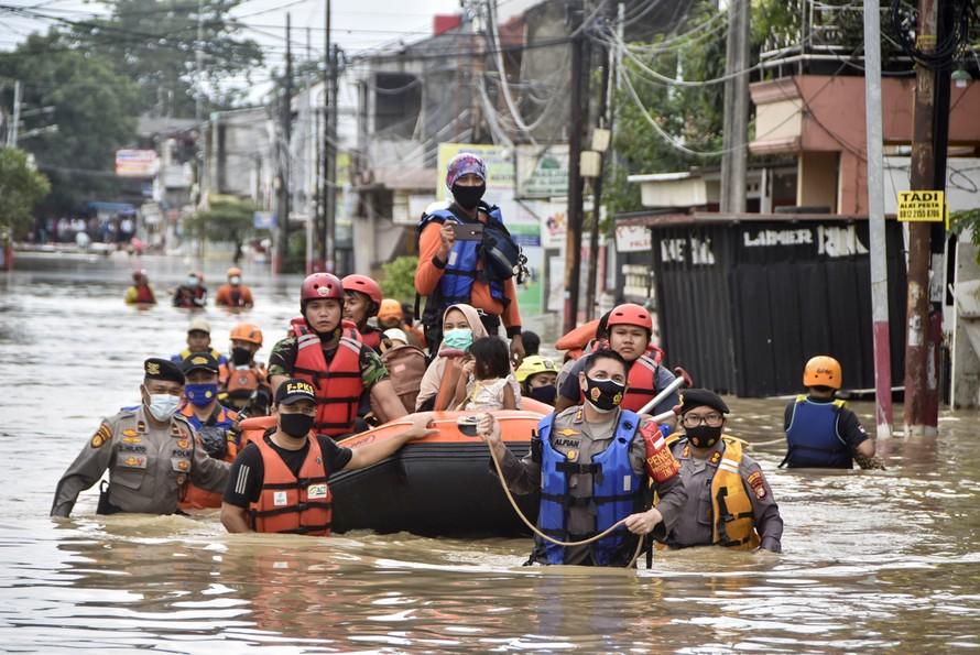 Thủ đô Indonesia sơ tán người dân do mưa lũ