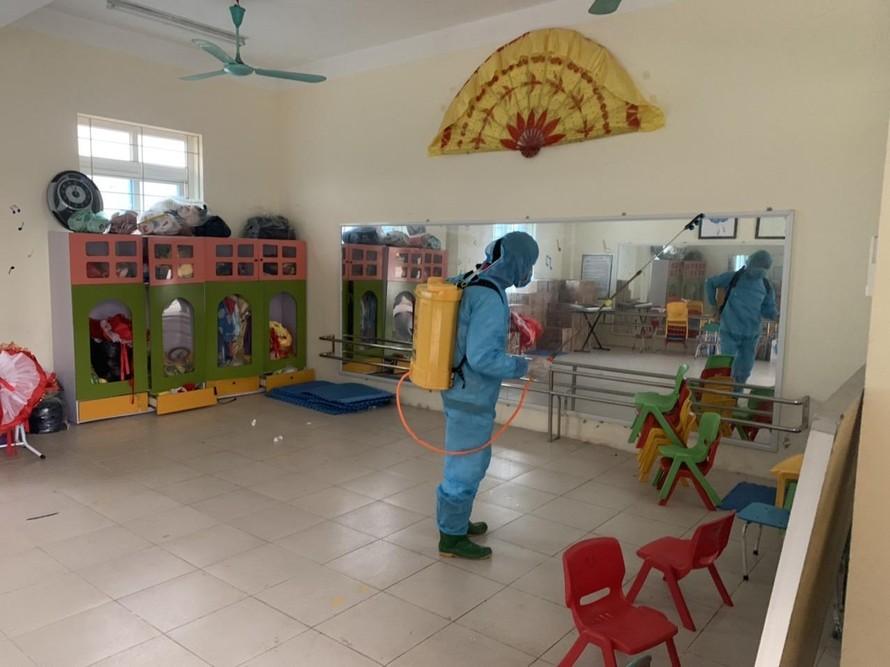 Trường Mầm non Tiền Phong A (huyện Mê Linh) phun khử khuẩn phòng học để chuẩn bị đón trẻ đến trường. Ảnh: Hà Nội Mới