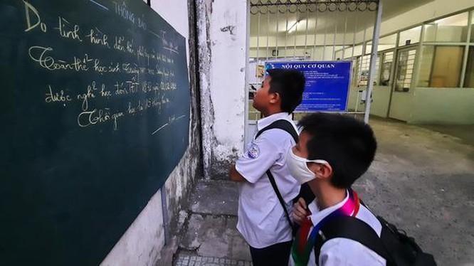 Học sinh TP HCM phải đeo khẩu trang khi đi học