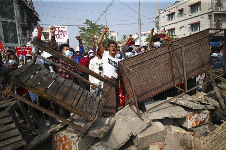 Người biểu tình hô khẩu hiệu khi cảnh sát đến trong cuộc biểu tình phản đối cuộc đảo chính quân sự ở Mandalay ngày 28/2. Ảnh: AP