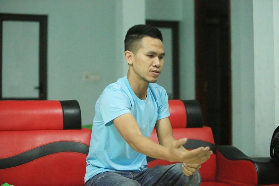 Anh Nguyễn Ngọc Mạnh diễn tả lại hành động cứu cháu bé. Ảnh: Dân Việt