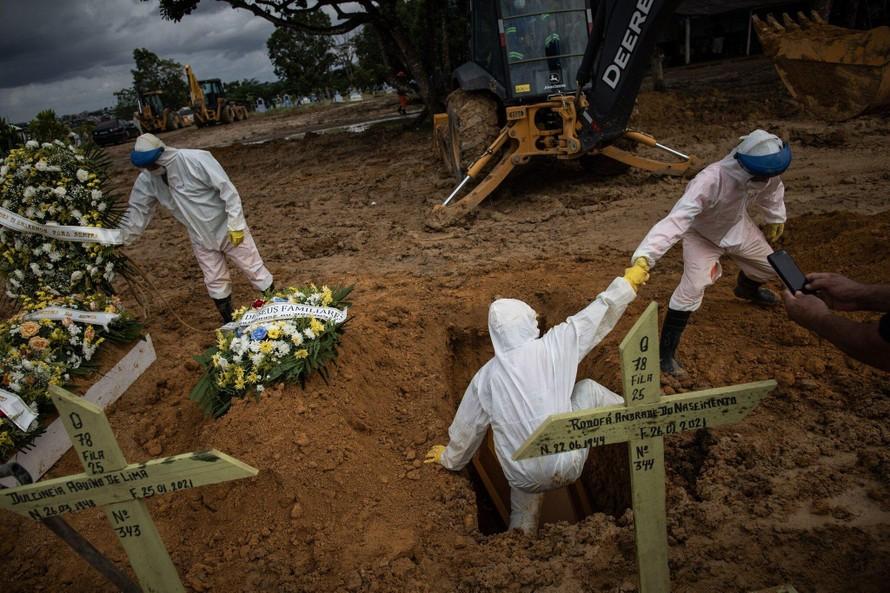 Nghĩa trang Manaus tại Brazil gần như quá tải sau đỉnh điểm vào tháng 4 năm 2020. Ảnh: NY Times