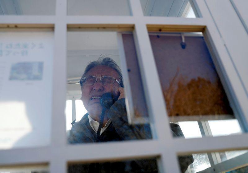 Ông Sasaki Kazuyoshi nói chuyện với người vợ quá cố tại bốt điện thoại Kazo-no-Denwa. Ảnh: Reuters