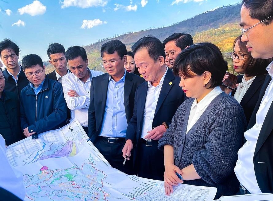 : Chủ tịch HĐQT kiêm Tổng Giám đốc Tập đoàn T&T Group Đỗ Quang Hiển và lãnh đạo tỉnh Lào Cai khảo sát thực địa tại thôn Sâu Chua, xã Sa Pả, thị xã Sa Pa.
