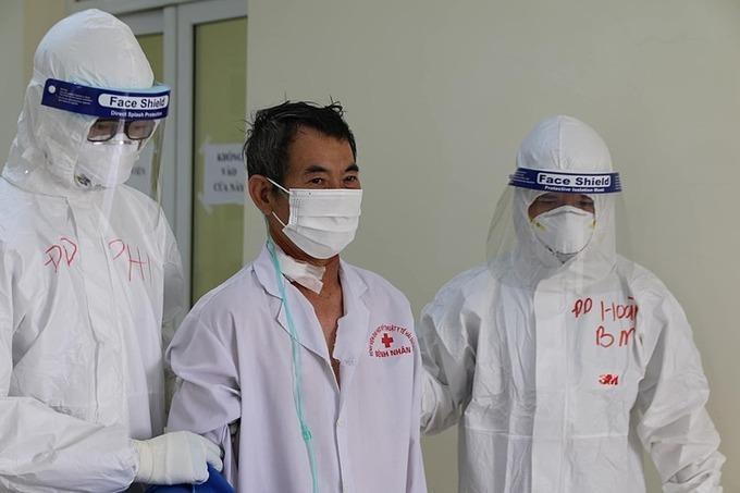 Nam bệnh nhân 2332 điều trị tại BV dã chiến số 2 - Trường Đại học Kỹ thuật y tế Hải Dương hiện đã tự thở khí phòng, có thể tự đi lại, sinh hoạt, không cần sự trợ giúp của y bác sĩ.