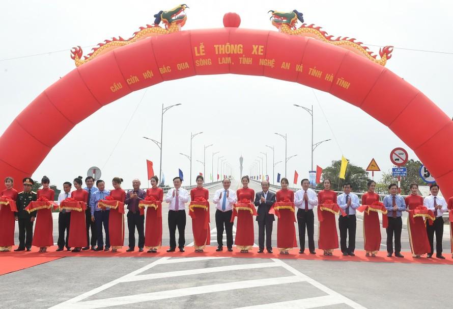 Thủ tướng Nguyễn Xuân Phúc cùng các đại biểu cắt băng thông xe cầu Cửa Hội, nối đôi bờ sông Lam. Ảnh VGP