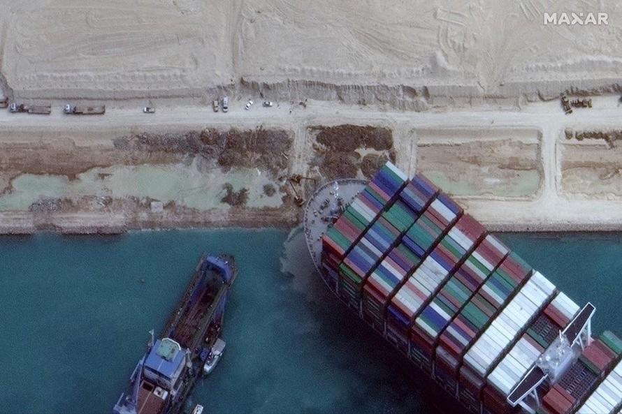 Tàu mắc cạn trên kênh đào Suez nổi trở lại