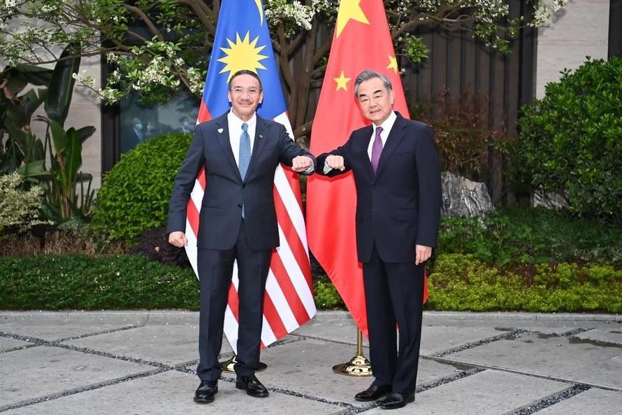Ngoại trưởng Malaysia Hishammuddin Hussein với người đồng cấp Trung Quốc Vương Nghị. Ảnh: Xinhua
