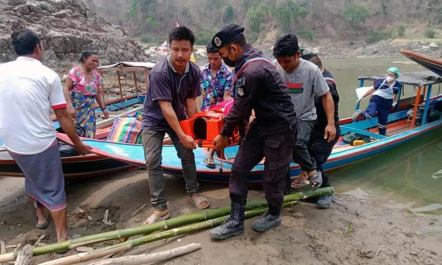 Một số người Karen đã vượt qua biên giới Thái Lan - Myanmar ở tỉnh Mae Hong Son. Ảnh: Royal Thai Army Handout